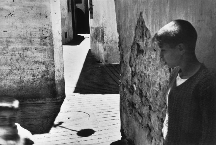 002-images-a-la-sauvette-seville-spain-1933-henri-cartier-bressonmagnum-photos-728x490