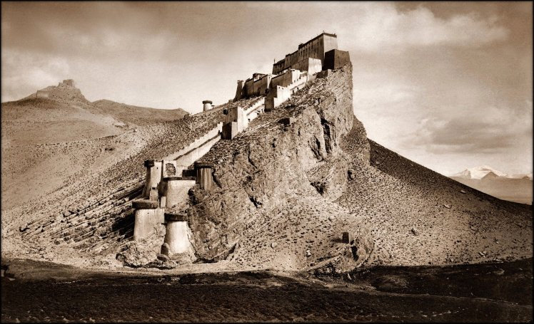 Kampa_Dzong,_Tibet_1904_John_C._White_RESTORED.jpg